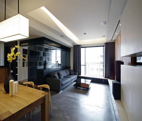 客厅的全貌,地面并不是用的地板,客厅的空间显的宽阔。