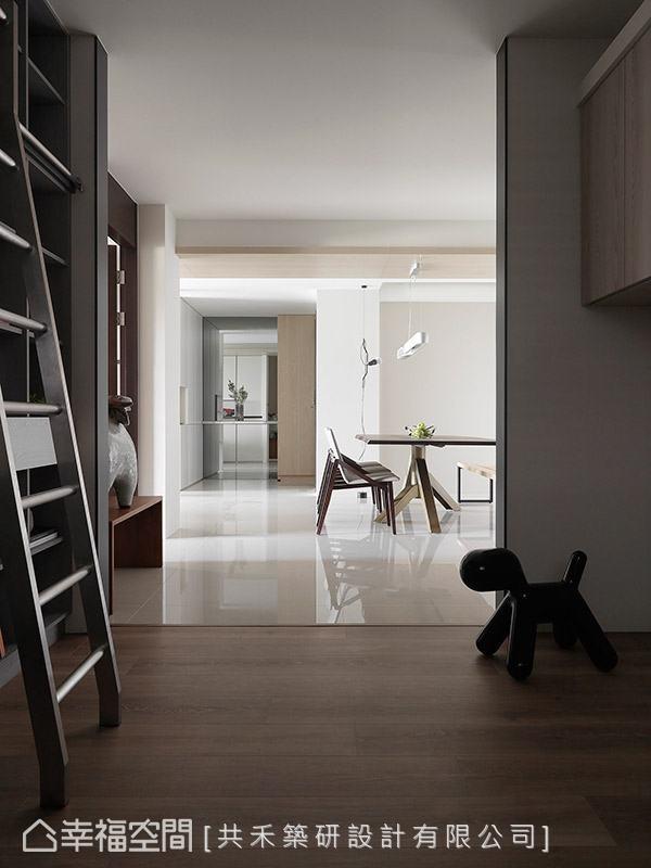 开放式的书房规划,藉由不同质材的地坪做区域划分,在同一个空间中创造不一样的居家风景。