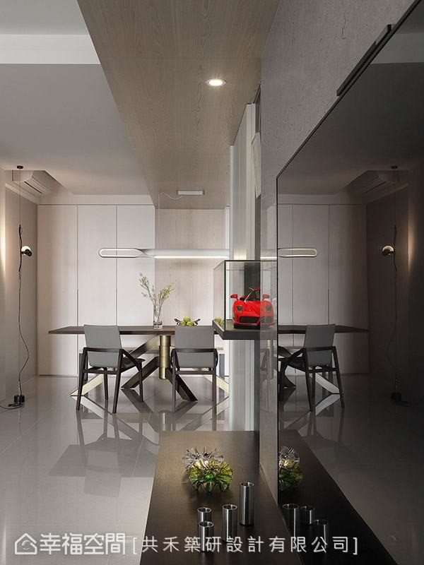 从电视主墙起始,上方以一道木板串联起客厅与餐厅的场域关系,并藉此修饰掉大梁的存在感。