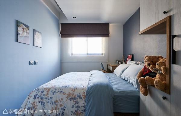 两侧墙面分别以浅蓝色漆与进口壁纸做铺陈,营造简单又不失质感的场域表情。