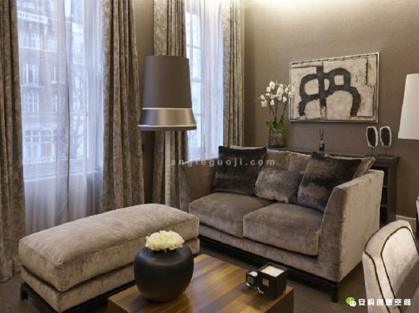 因为其主人会定期到伦敦旅居,所以设计师为他装修的这个寓所,既如五星级酒店一般奢华,又像避风港湾一样温馨。