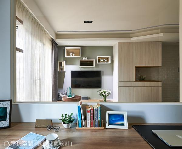 穿透的隔间设计让电视主墙成为主卧室的视觉端景,同时并设有下拉式窗帘,兼顾隐私考虑。