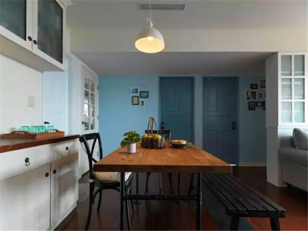 从餐厅看向卧室,卧室区的墙面和门板都采用了淡淡的湖蓝色。