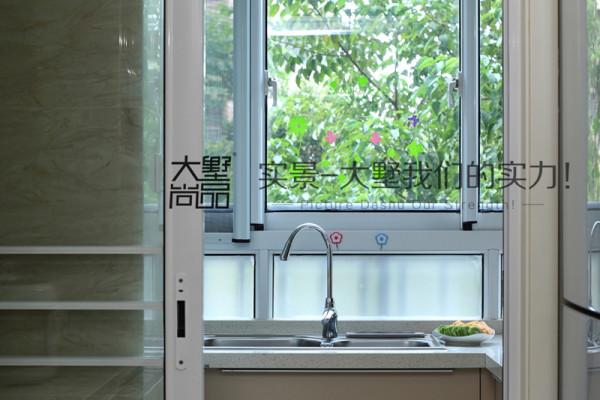 厨房空间不大,却布置得十分温馨,加上良好的采光视野和小区绿化,仿佛置身大自然中,做出来的食材一定是很美味的。