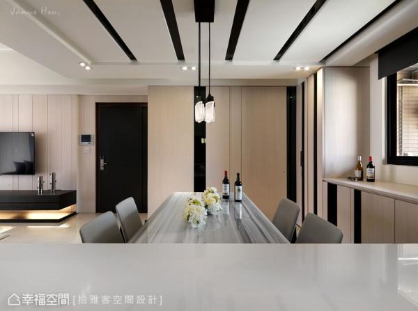 立面运用木皮和墨镜材质,交错出直式线条装饰,赋予垂直向上的延展,同时以暗门设计将私领域门片化于无形。