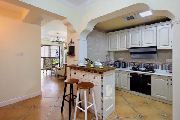 半开放式的厨房与餐厅之间加设了一个吧台,显得厨房空间大了许多,小吧台的设计,彩色马赛克的点缀,成为了亮点。让整个空间顿时生动了。