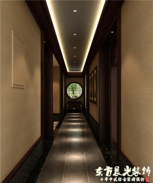 四合院酒店装修对气氛的要求很高,设计师用些许的射灯来烘托雅致的气氛,中式的吊顶让空间更显宽敞大气。