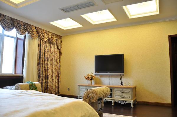 而在主材方面,朴实无华的木地板、灰白色调的地毯、素色吊顶、以及背景墙上削直挺俏的线条则又成简约之风,繁简互映中,打造出了舒适悦目的主卧空间。
