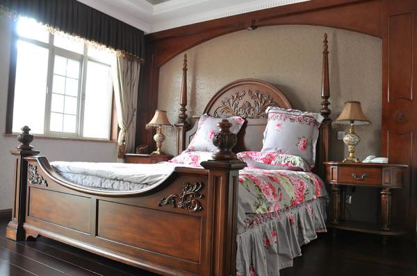 考虑到老人喜静喜稳的性子,老人房的用色、家具陈列另有一番风味。宽大的实木床具以深褐为主色调,奠定了全房宁静古朴的基调。