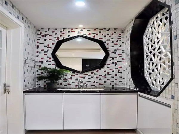 卫生间干区在简单的黑白色中透出格调.