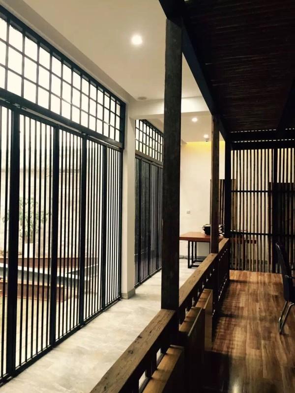 一楼后院门,采用纤细的方管刷黑漆,让光感若隐若现的引入室内。