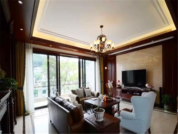 客厅位于二层,风格以美式为主,混搭现代、欧式,地面用光洁的大地砖铺贴,黑色大理石走边处理,电视背景用石材上墙,木线条封闭。