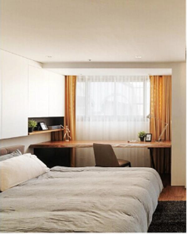 主卧是老年夫妇居住,主要以淡雅的色彩为主色调,给人的感觉松弛惬意。床头采用规矩的方形布艺软包,即增加的卧室的温馨,温暖质感。同时展现了现代简约图案的简易之感。床边放简易书桌,满足老人的茶余饭后的