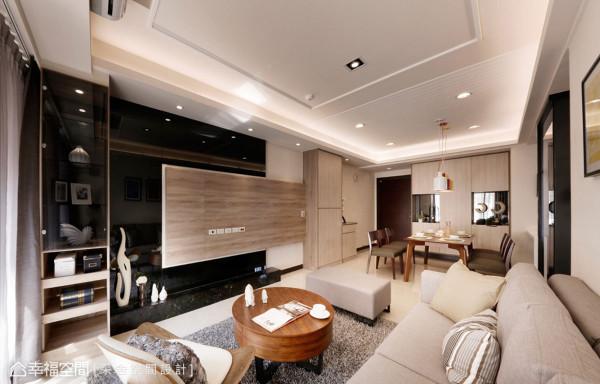 电视墙沿用收纳柜体的材质,与黑色镜面结合成不对称的拼接造型,重新定位客厅重心,让客厅尺度大幅伸展。