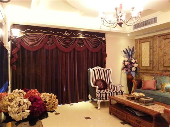 设计的主要亮点就是将空间进行了一个整体规划。整个房间采用深色调来营造新古典欧式高贵。