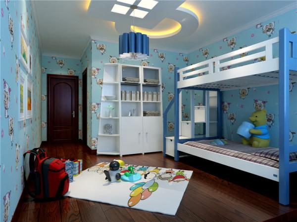 高四柱双层床是卧室的视觉中心,讲究厚重的质感。