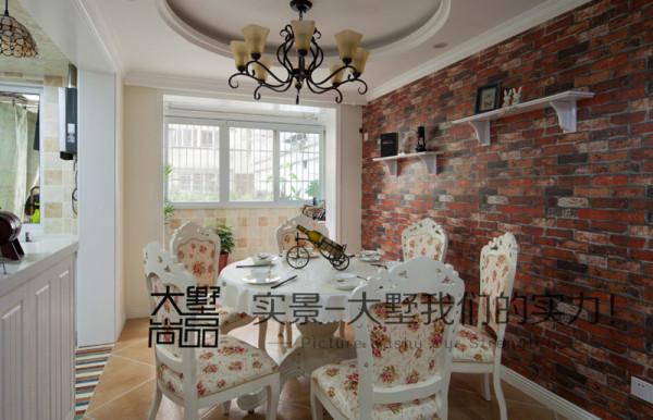 美式餐厅强调家人团聚的氛围,要求和最亲近的家人在一起温馨度过,所以家具虽然要赏心悦目,更要便于舒适享用。