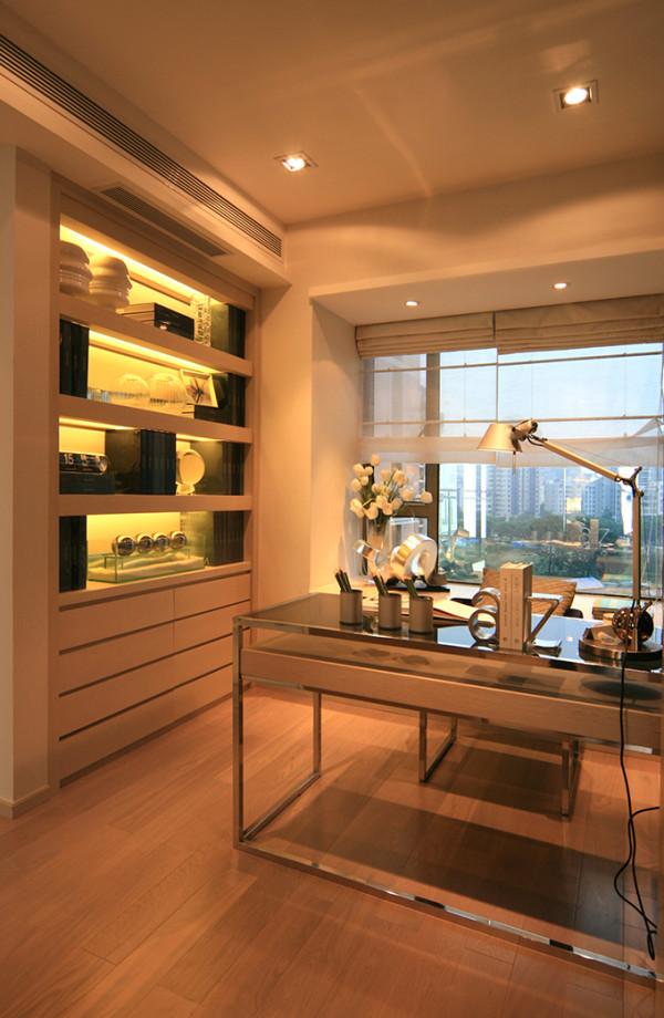 最为大胆突出的处理就是把书房设计为开放式的空间。布置简洁,客厅的以黄色为主调黑色为辅调,展现出和谐宁静的家居生活气氛。