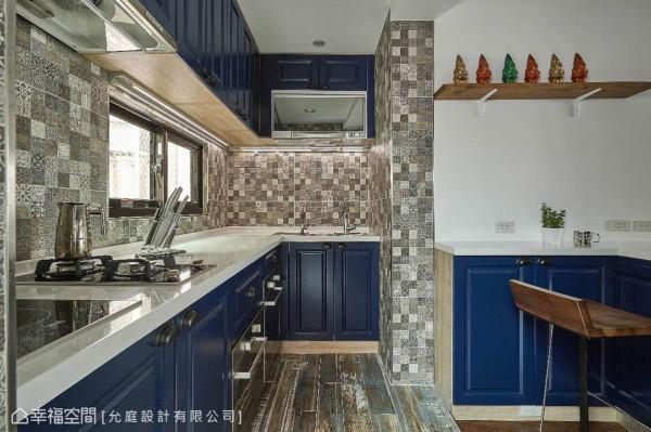 屋主自行挑选厨房壁面与地砖的花砖配色,加入允庭设计选择的宝蓝色调调和,让空间在活泼中不失沉稳。