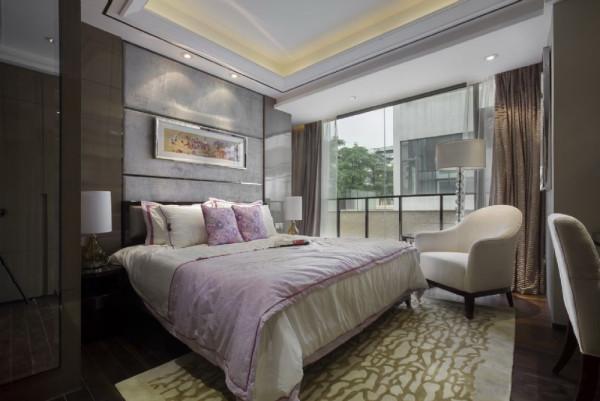 粉色的床品,是整个卧室的色彩温暖活跃起来,大大的落地窗,享受这清晨的阳光