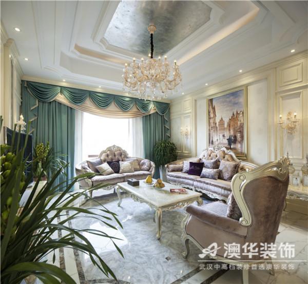 客厅背景及沙发背景用白色开放漆护墙板处理,在原窗上两侧增加菱形镜倒边拼花,增加整个客厅的通透及光感。