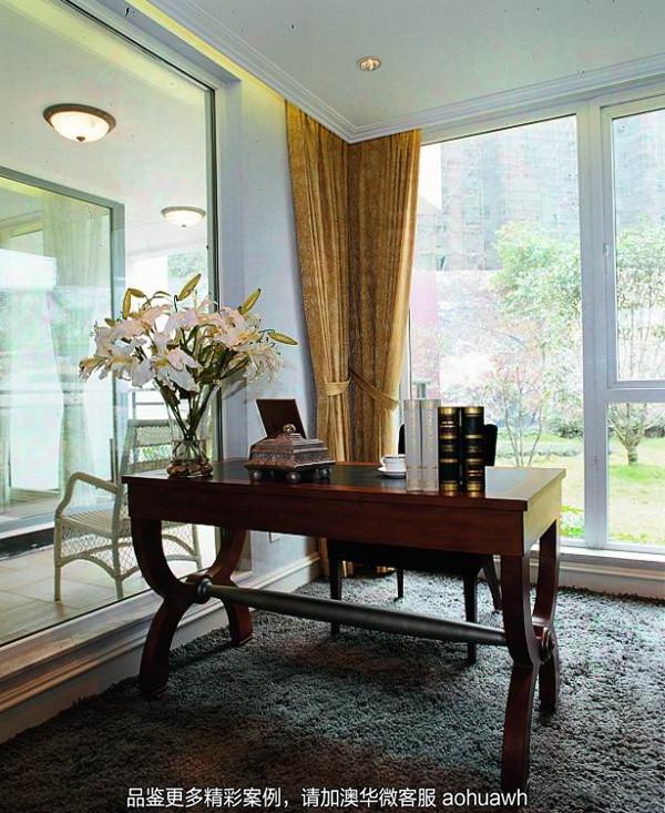 书房布局摒弃繁复多样的装饰,强调空间本身的功能性。书桌选在采光十足的落地窗前,工作时,阳光透过窗子随着笔尖划在纸面上,充沛而有力量;闲暇时,仰靠在椅背上,全身浴着阳光,轻松舒畅。