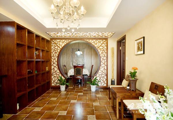 选用上等实木精心制作的月洞门隔断,将客餐厅分隔成半开放式的通透空间。白色门框表层以不规则几何线条图案妆点,展现中式家居的层次之美。