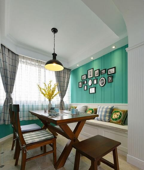 餐厅的绿色基调彰显简洁而安宁的主旋律,桌上的一抹黄色让空间的绿多了一份活泼气氛,同时又能在色彩上形成空间的衔接。