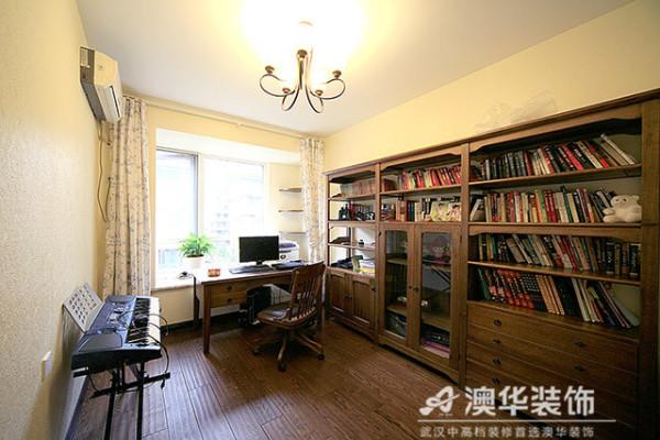 美式书房简单实用,深棕色实木书柜与同色系地板默契融合,合理的柜体布局实现超强收纳功能,符合业主低调沉稳的性格。书桌临窗摆放,搭配素雅碎花窗帘,保证业主伏案工作时有充足的自然光线。