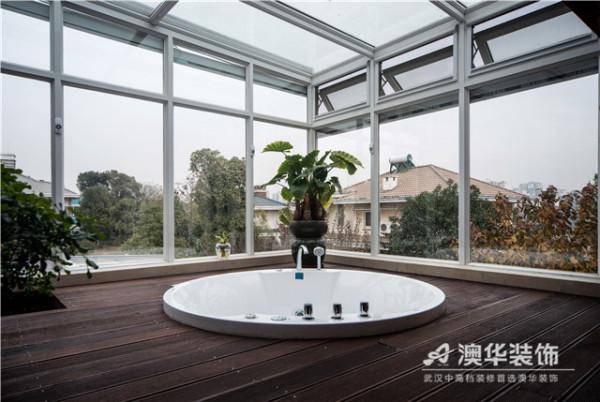全景天窗式的卫浴空间,带给业主每天不一样的惊喜。 90°全透明的设计特立独行,白天充分享受自然光照,夜晚躺在浴缸内仰望漫天星空,度假般的生活乐趣,家也能为你实现。