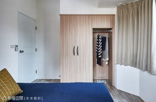 除了基本的衣柜配置,水水设计特别保留局部区块加设挂衣杆,作为临时吊挂衣物的便利机能。