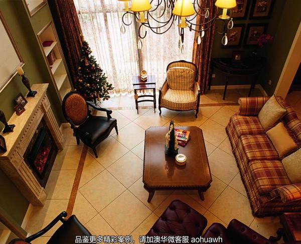 在走入客厅的瞬间,你会发现:宁静的奢华在美式风格的舞台上偏偏起舞……手工雕琢的铁艺吊灯、复古大方的家具,质朴中彰显出大气与华贵,体现出主人极高的生活品味。