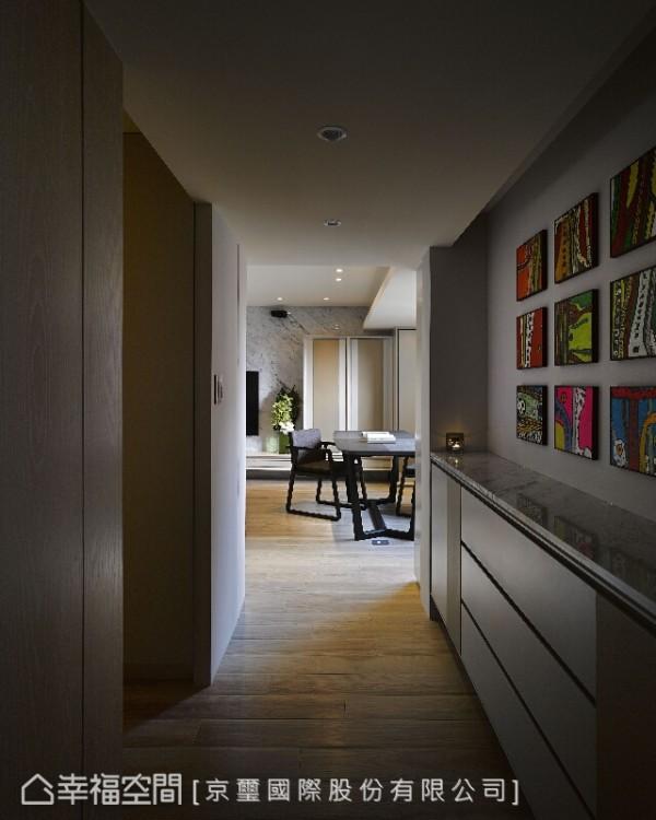 鲜明的画作展示墙成为廊道中醒目场景;看似单纯,实则用心铺陈,使文化艺术成为生活的调味。