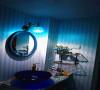 两个卫生间的洗手台都是自砌的,嵌入了玻璃弹珠,为了打扫方便,在最上面放了钢化玻璃。