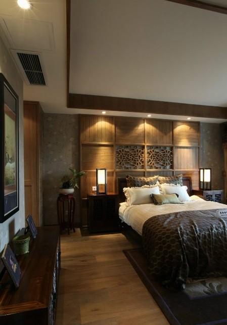主卧空间充满了古朴韵味,床头背景墙在铺贴壁纸的基础上,使用了木板条的拼接和镂空雕花的内嵌,更具古典意味。