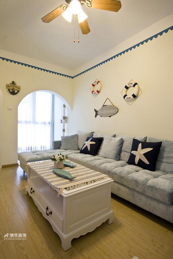 纯净的白泥墙上以蓝色水波纹腰线做点缀,彰显清新舒适的感觉。朝南墙面全穿凿圆拱门与飘窗连为一体,既满足良好采光,又突出地中海风格的装饰效果。