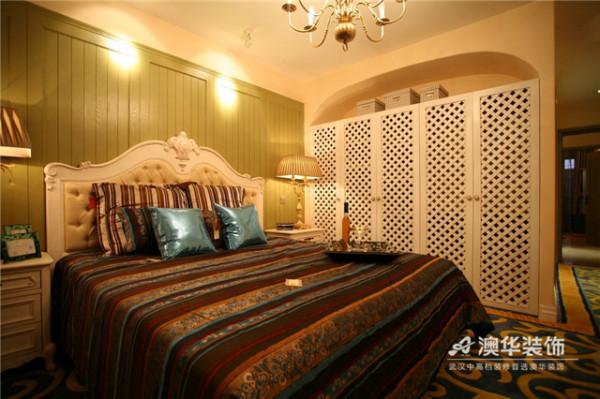 卧室设计重在舒适功能与温馨氛围的营造,主卧倾向于浪漫优雅格调,以对称和庄重大方的造型,力求在气质上给人以深度感染。