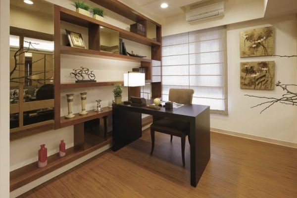 饶富人文气息的书房,展示书柜穿插茶镜隐藏收纳空间,于平铺木地板上搭配活动式家具,赋予未来较高的变化弹性。