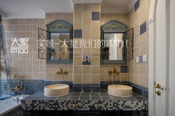 卫生间做了一个双台盆,台面镜子做了一个铁艺的造型,墙面复古砖的铺贴采用点缀式铺贴法。复古砖与马赛克结合的台面。复古又时尚。