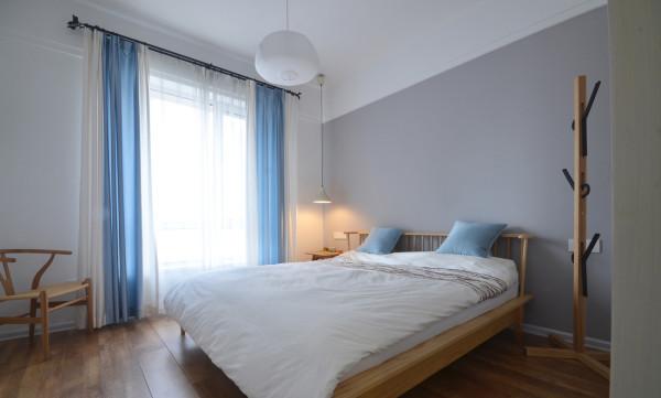 卧室延续使用白色和浅灰色系列的乳胶漆为主,这次的不同是一些软装方面使用了跨度比较大的蓝色系列增加空间的生动感~