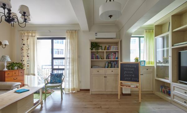 这个小小的储纳衣柜,在入户正对面,可以用来作为小小的形象墙,也是整个空间的结合物