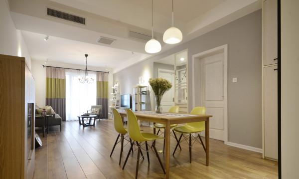 餐厅客厅全景,墙面使用浅灰色的乳胶漆,配上黄色系列的餐椅,既舒服,也给整个空间增加灵动感!