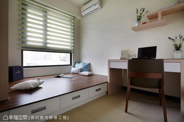 书桌上方利用木纹层架作为展示与收纳规划,创造出惬意与舒适的生活空间。