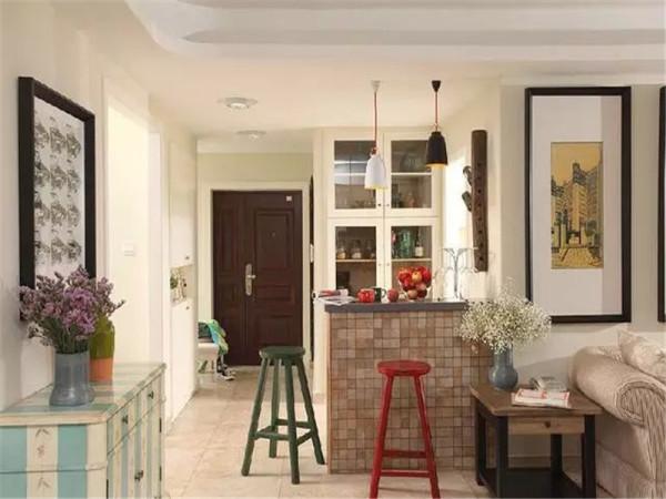 这是从客厅看入户,喜欢这种清新混搭的感觉。吧台是入户的亮点,坐上高脚凳,闲暇的时候可以喝两杯,高脚杯架的设计也很有美感。