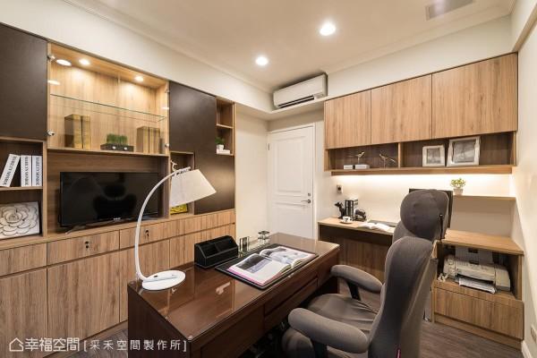 空间里创造大量的柜体,深咖啡色系的皮革纹灵活运用其中,让系统柜的设计质感全面提升。