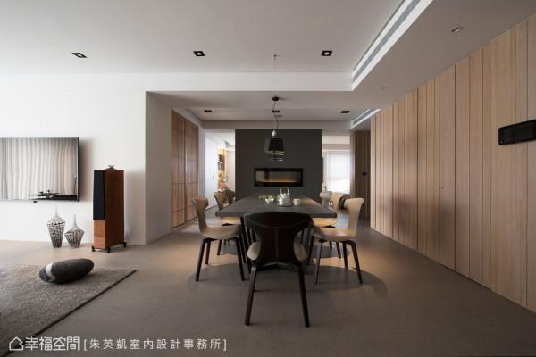 朱英凯设计师将餐厅设为空间中心,铺述通往公私领域的动线,并充分掌握空间的点线面与均衡关系,并以壁炉墙面作为视觉上的端景与重心。