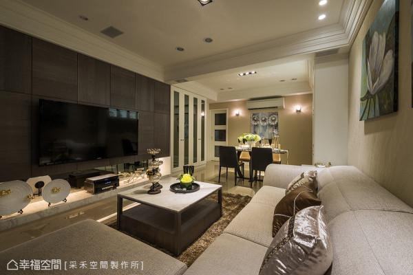 挑选咖啡偏灰色系的木皮作为电视主墙,同时也兼具收纳柜的功能,跳脱满室的新古典风格,展现新意。