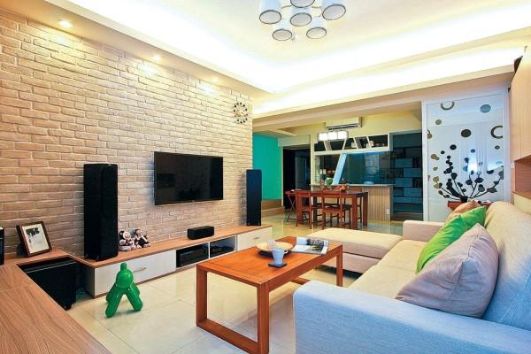 客厅电视墙以文化石施作,并转折至墙后的客浴墙面,营造调性自然的连续面美感。