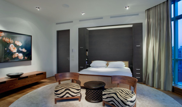 简单的色调,黑白灰三种比较内敛的色调,通过融合的灯光设计,使得卧室简洁舒适