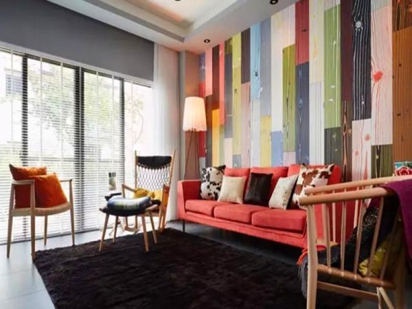 厅沙发背景采用的彩色木纹砖随机混搭,极度吸引视觉焦点。